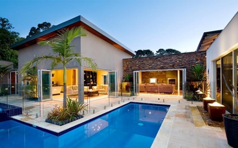 15 бассейнов прозрачное стекло  вокруг как защита от несчастных случаев