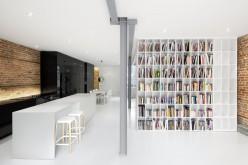 Квартира расположена на первом этаже из триплекса в Монреале, Канада.