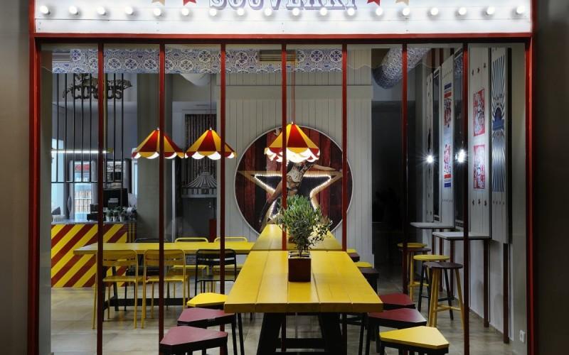 Ресторан называется сувлаки Biribildu в Афинах, Греция.