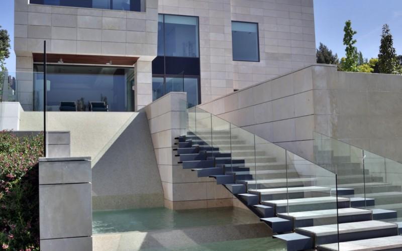 Доме в Лос-Альтос дель Гольф расположен в  северной части Мадрида, Испания.