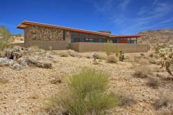 Дом в пустыне Мохаве недалеко Joshua Tree, Калифорния.