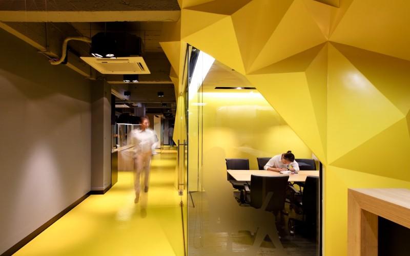 Обслуживаемый офис называется Kliquedesk, расположенный в Бангкоке, Таиланд.