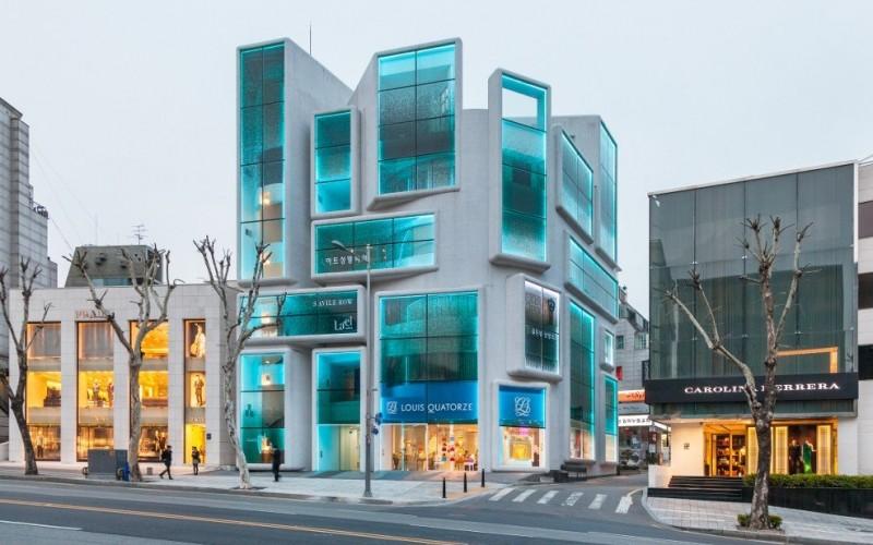 Реконструкция,  здание 1980-х годов в районе Каннам в  Сеуле, Южная Корея.