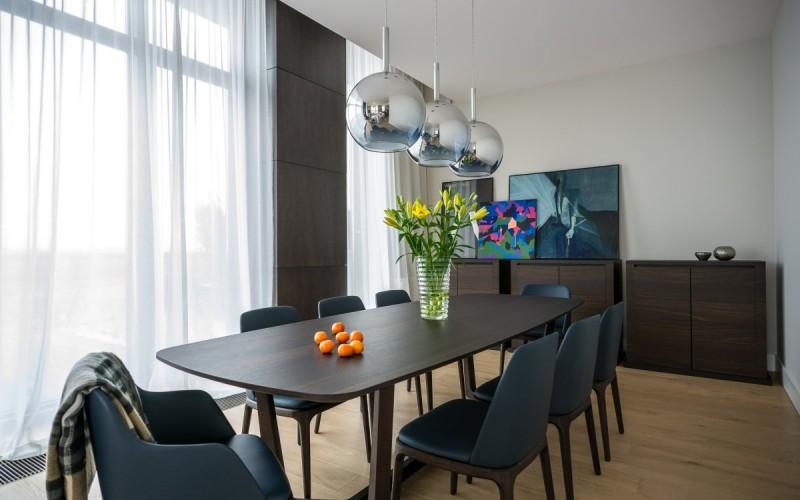 Квартира 180 м2  расположена на верхнем этаже в высотном здании , не далеко от центра города Варшава, Польша.
