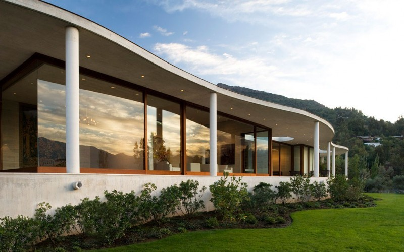 Естественные изгибы повторяющие рельеф: Lo Curro House in Chile