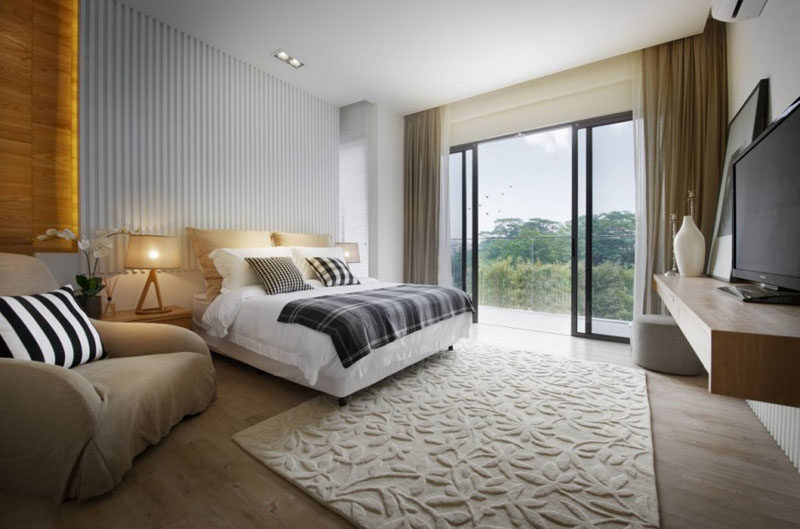 Bedroom Design Idea - 7 Ways To Create A Warm And Cozy Bedroom // Rugs instantly add a warm touch and texture to a bedroom.
