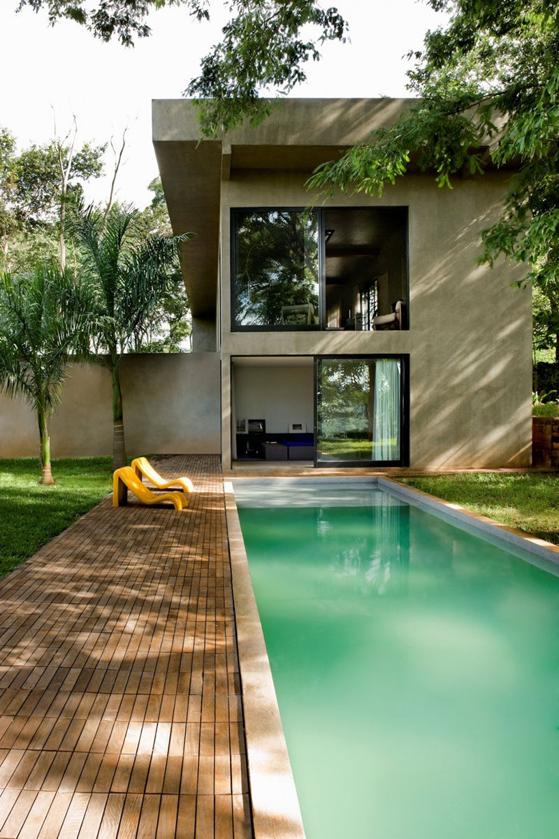 Architect Leo Romano has designed Casa Da Caixa Vermelh, a home surrounded by trees in Goiânia, Brazil.