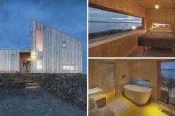 Этот небольшой деревянный домик расположен на скалистом побережье Норвегии