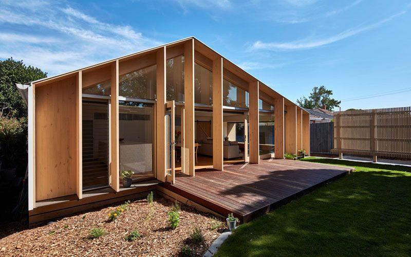 Одетые расширения древесины добавляет дополнительную жилую площадь в этом доме 1960-х годов
