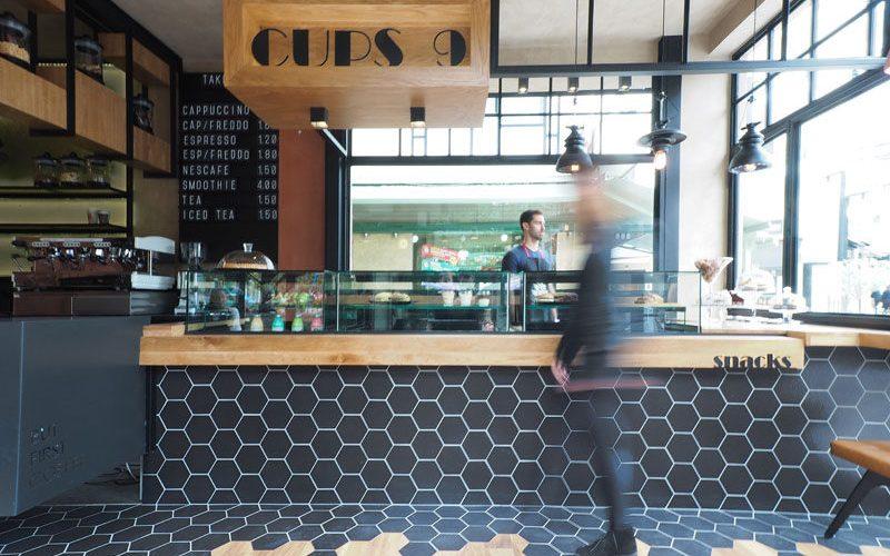 Шестигранник Переход Плитки На Деревянный Настил Внутри Это Кафе В Греции
