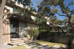 Этот Современный Дом Расположен На Холме С Видом На Остине, Штат Техас