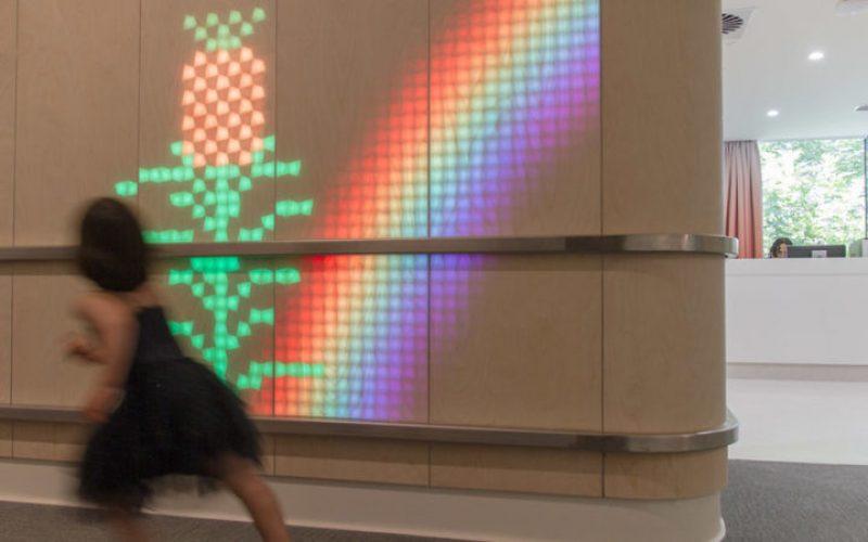 Эта детская больница имеет удовольствие Светоизлучающих деревянные стены, заполненные движущимися анимациями