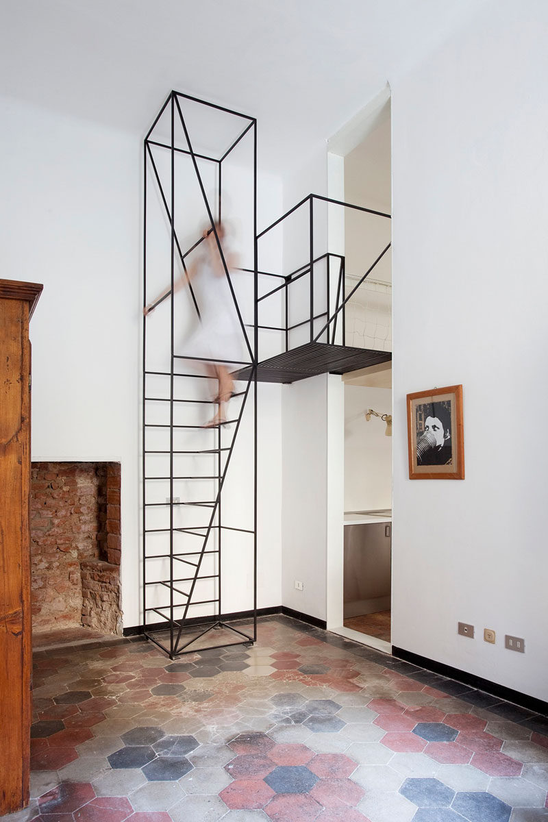 13 Stair Design Ideas For Small Spaces // A minimal black staircase like this one adds a modern feel to the space and has lots of places to hold onto for extra safety.