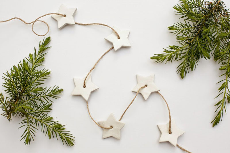 30 Modern Christmas Decor Ideas For Your Home // This simple DIY garland would be a fun and easy afternoon project to do with kids or friends.