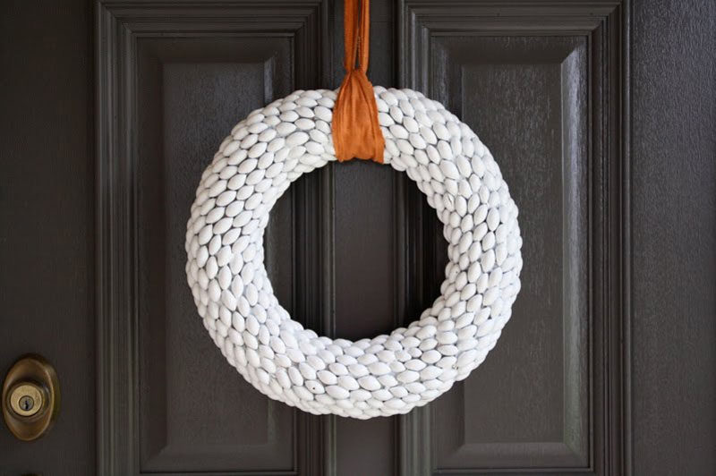 21 Modern Wreaths To Decorate Your Home With This Holiday Season // Painted acorns on this holiday wreath create a unique texture and a long lasting piece of winter decor.