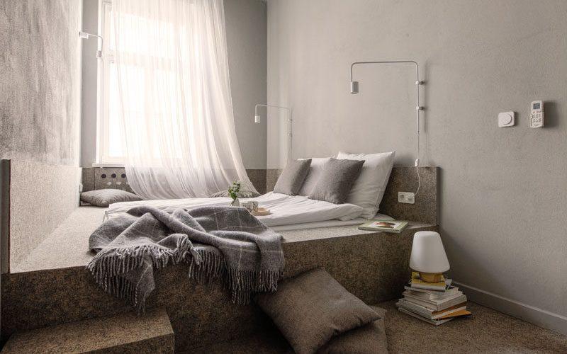 Маленькая спальня дизайн идеи – от стены до стены встроенные платформы кровать