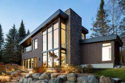 Этот современный дом у озера в Канаде имеет кузов одетые в древесину, камень, и металл