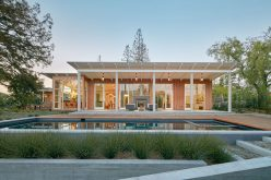Эта древесина многослойная и наклонным современный дом на крыше был предназначен для жизни в Силиконовой долине, Калифорния