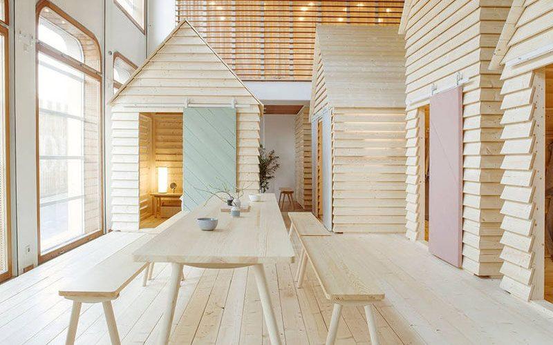 Шесть маленьких хижин были построены внутри финского института в Париже, чтобы люди могли познакомиться с культурой Финляндии