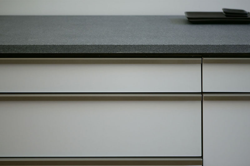 8 Kitchen Cabinet Hardware Ideas // Full Length Pulls