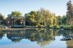 Это небольшое здание рядом с прудом был разработан, чтобы быть использован в качестве студии йоги и домашнего офиса