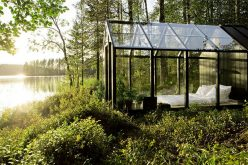 Это стеклянная спальня на берегу озера также функционирует как теплица