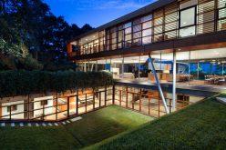 Этот современный дом был разработан с плавающей окне, находящемся выше, прозрачной застекленной корпус