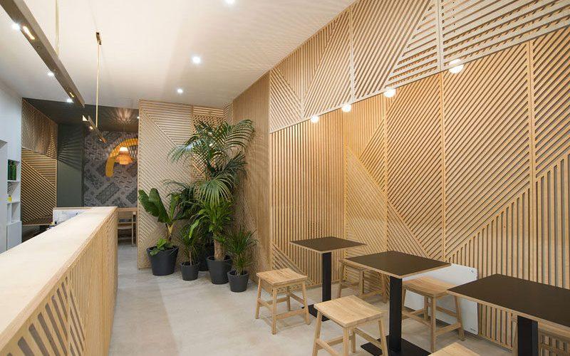Идеи декора стен – это ресторан, покрывавших ее стены с деревянными панелями, которые выглядят как абстрактные линии искусства