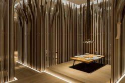Столы В Этом Ресторане, Окруженном Лесом Из Изогнутых Деревянных Реек