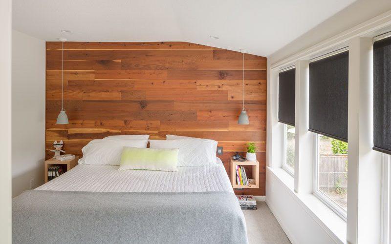 Идеи дизайна спальни деревянной акцентной стены за кроватью с плавающей тумбочке